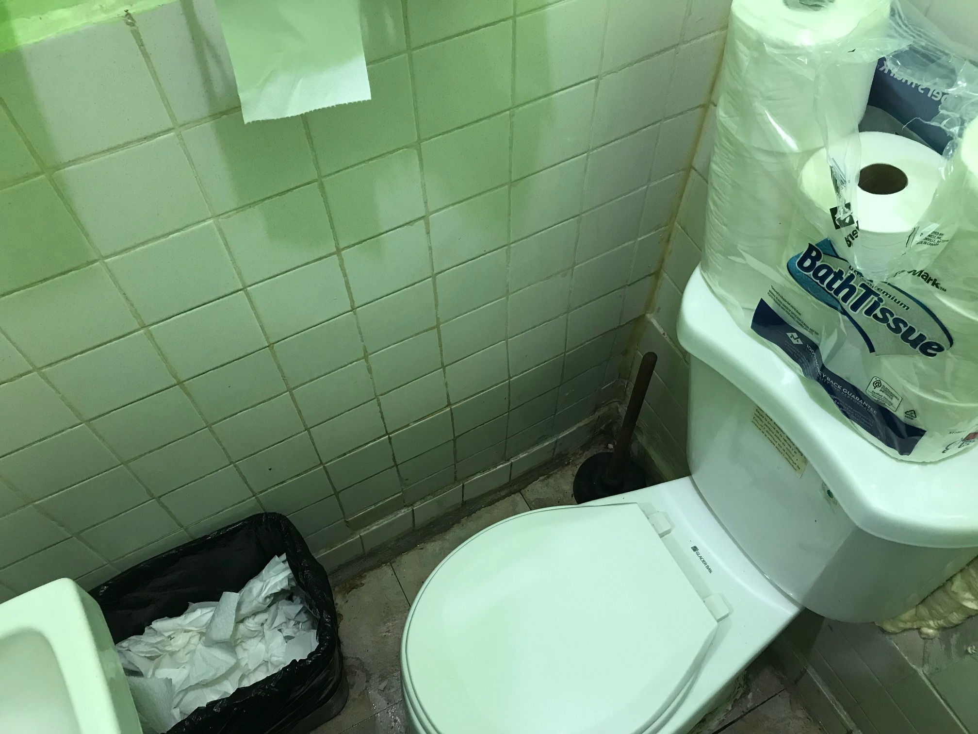 Chicagou0027s Smallest Bathroom May Be At A No Frills Neighborhood BBQ Joint On  Granville Avenue In Edgewater.